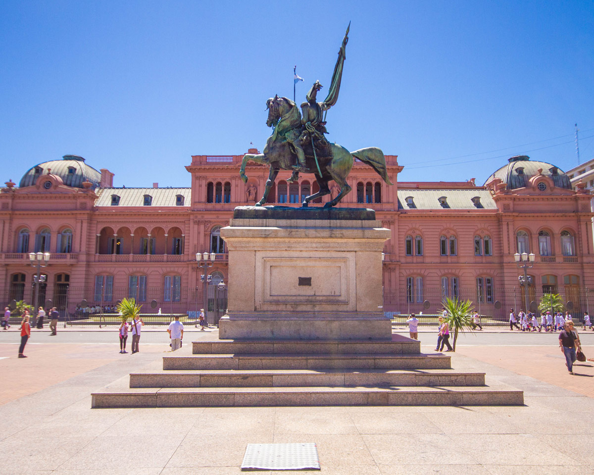 Monument of Manuel Belgrano in front of the Casa Rosada in microcentro.